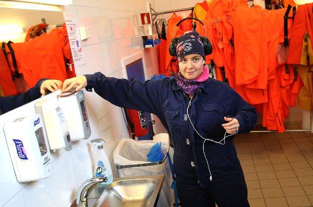 Hygiene på Arnøylaks. Finske Paula Kallinen er ferdig for dagen.