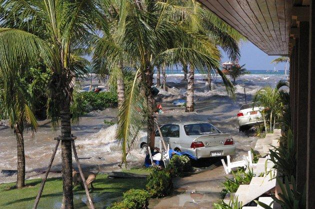 KJEMPEBØLGER: Dramatiske bilder tatt av Gro Storteig fra Asker ved Kamala Beach Hotel i Phuket da de kjempestore bølgene e slo innover strendene i Thailand..