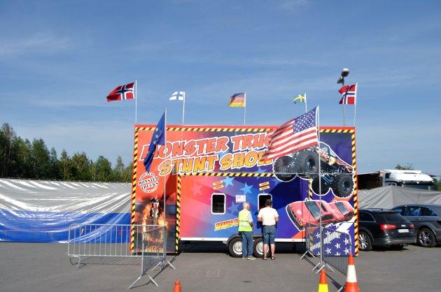SOMMERTURNÉ: Som første ledd i sommerturnéen deres stoppet Aranis Klaas og deres Monster Truck Show på Huntonstranda for motorglade Gjøvikensere å se. De skal videre til Hamar i morgen, og reiser gjennom både Norge, Sverige, Danmark og Tyskland i sommer.