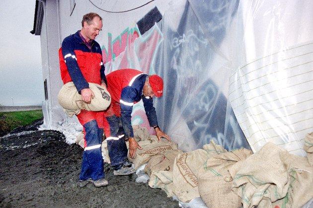 SIKRER VANNFORSYNINGEN: Sigmund Moen (t.v) og Arne Kletthagen sikret pumpehuset i Englandsvika med sandsekker og plastikk.