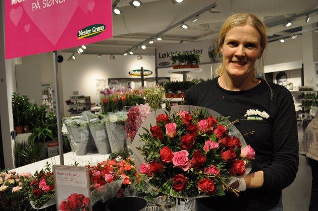 Sunniva Aasgaard viser frem en av blomsterbukettene på Mester Grønn.
