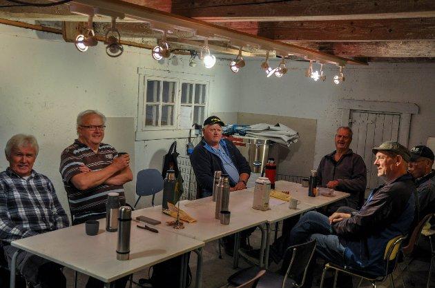 SOSIALT: Mye av motivasjonen for å drive dugnadsarbeid, er muligheten til å være sosial og møte gode venner. Rundt bordet med klokka: Tore Lindem, Harald Ruberg, Per Nakjem, Alvar Kviberg, Hans Willy Lunde og Helge Saga.