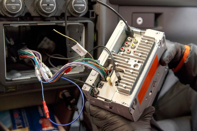 I 2017 slukkes FM-nettet og DAB overtar over hele landet. Mange biler har ikke radio med DAB-støtte og må enten bytte radio eller montere et adapter for å høre på digital radio. Foto: Gorm Kallestad / NTB scanpix