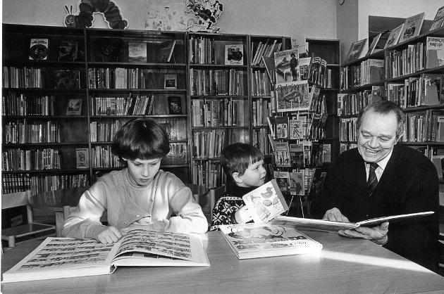 Dette er et bilde fra det gamle Rana Bibliotek tatt 18. mars 1983 med blant andre biblioteksjef gjennom mange år - Per Rognmo. Er det noen som kjenner de andre to på bildet?