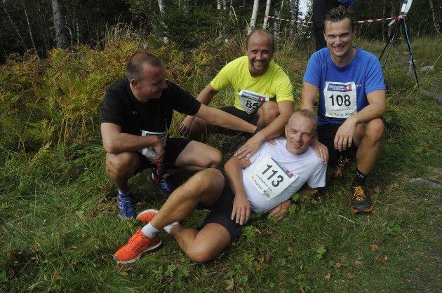 MASKULIN OMSORG: Ingar Skar stupte ørsken over mål, men ble fanget av kompisene før han rullet utfor stupet, fra venstre: Erik Nytrøen, Paal Bergsodden og Thomas Heimdal.