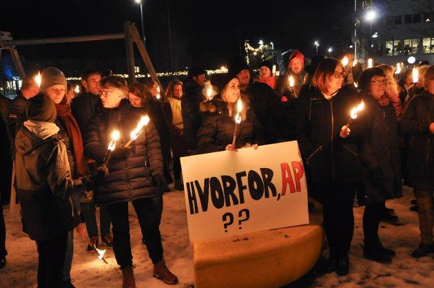 Fakkeltog: Mange møtte opp i fakkeltoget til støtte for BEMA mandag kveld, også politikere som to dager seinere stemte for å legge ned tilbudet. Foto: Dorthea Mørkved Glorud