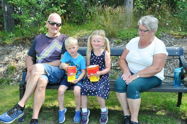 Besteforeldre Ivar Cock og Grethe Høiby tok med barnebarna Felix (4)- og Anine Nygården (5) til siste dag med Sommer i Prøysen. De storkoste seg, og hadde blant annet vært på forestilling, sett på dyrene og kjøpt litt snacks i kiosken innen RB møtte på familien.