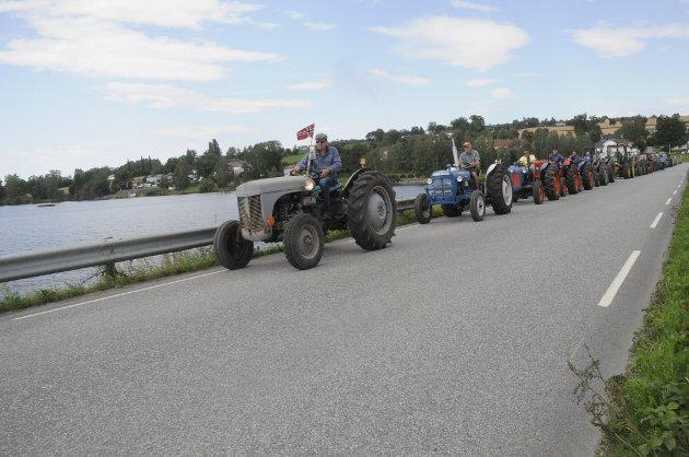 LEKKER NOSTALGI: Så mange gamle traktorer i ordnet kolonne har vi ikke sett på lenge.