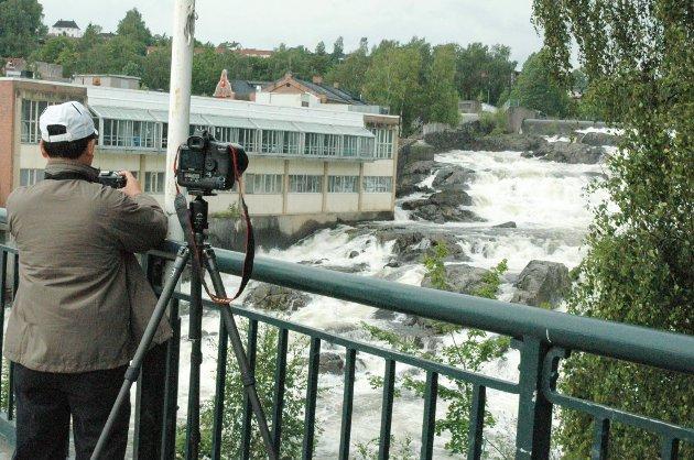 TURISTBY?: En japansk turist fotograferer Hønefossen. Arkivfoto: Beate Kold Hansen