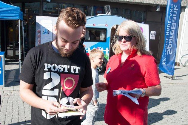 Elin Tobiassen i avdeling for Rekruttering av støttekontakter i Ringerike kommune ga et godt ord til Jonas Graniero.