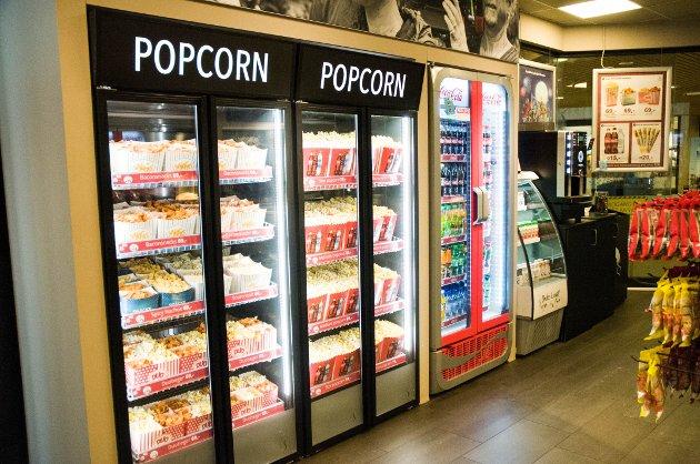 POPCORN: Lukten av nypoppet popcorn sprer seg i kinoetasjen.