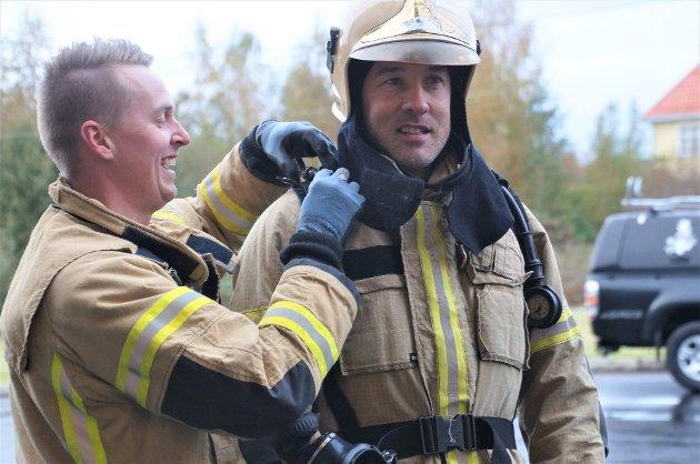 KLAR: Kjetil Bakken hjelper Jens Fenstra med utstyret.