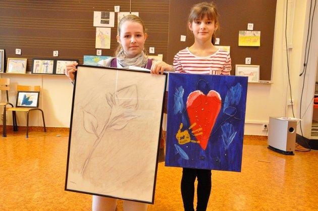Kulturmønstring på Toso skole: Wilhelmine Haug Knutsen og Guro Ruden Brørby med kunstverker som de stilte ut.