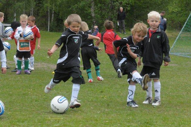 SKYTER HARDT: Leon Schistad Stensvoll og Noah Eriksen Langstrand skyter ballen knallhardt mot mål.