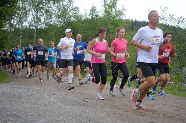 LØPEFEST: Nesten 200 deltakere var med i den 2. utgaven av Nordmarka halvmaraton.