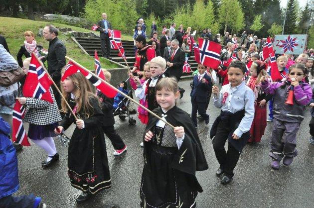 Et land som lokker:  Mangfoldet av flagg viser at samfunnet har blitt så godt at flere vil delta og feire fellesskapet og de små forskjellene. Jeg liker å se nasjonaldrakter, religioner og farger fra hele verden i toget!Foto: Mariann Torsvik