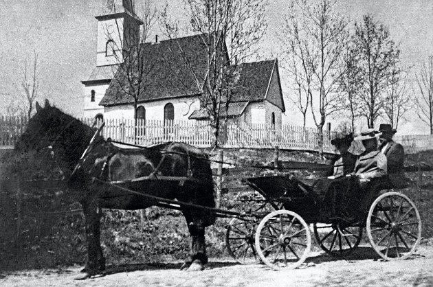 UT PÅ TUR: Dette er to kvinner og en mann i en hest og vogn utenfor Lørenskog kirke. Bildet er trolig tatt i perioden mellom 1900-1920. Foto: Akershusbasen