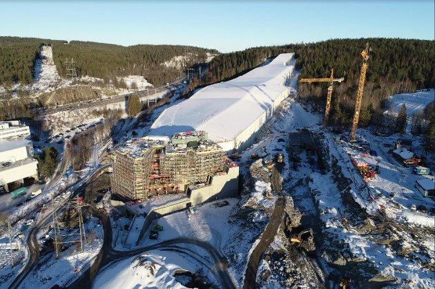TAK OG VEGGER: Dette dronebildet fra entreprenøren viser hvor langt byggingen av skihallen Snø er kommet.
