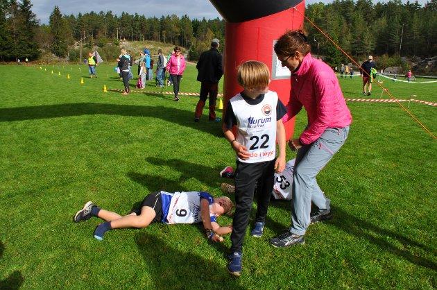 Godt å få litt hjelp når man har løpt så fort at den ene skoen ligger igjen i skogen.