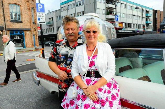 Cathrine og Thor Homanberg var blant de mange som deltok på rockabilly-treffet på Aagaards Plass fredag.