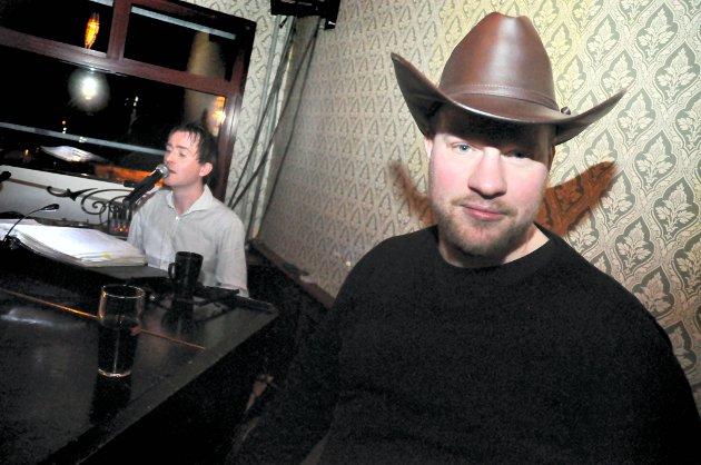 På James Clark: Geir Cowboy Raastad slapper av ved pianobaren med resten av vennegjengen.