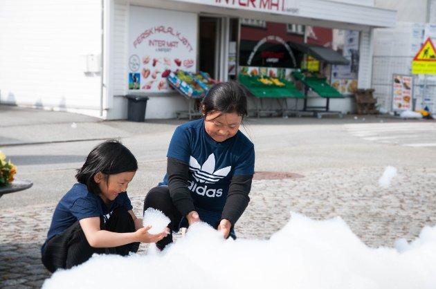 Haniang Chin (6) og Van Sui (8) måtte stoppe opp og leke med boblene i fontenen.