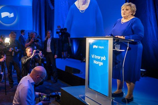 GRATULERER! Statsminister Erna Solberg på talerstolen under Høyres valgvake mandag kveld. Her gratulerte hun de rødgrønne med valgseieren.
