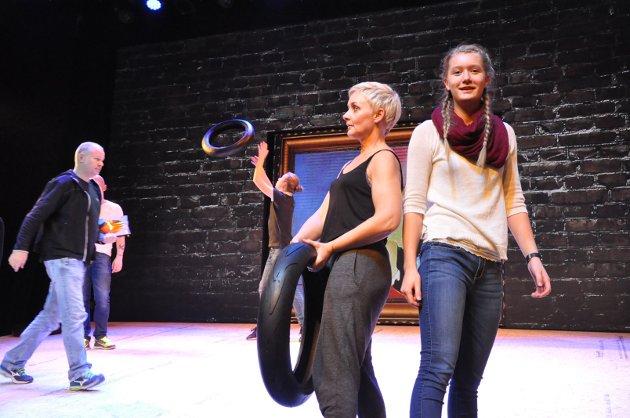 DEKKDANSEN: Anett Sydengen og Frida Bremnes  øver til musikalen «Svidd Gummi».