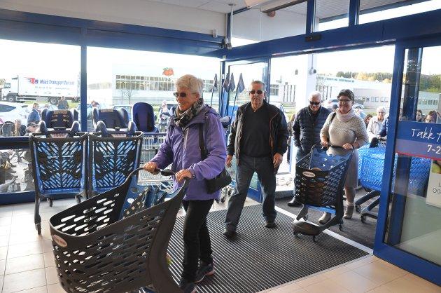Det var svært god stemning da dørene åpnet og folk strømmet inn i lokalene på Rema 1000 i Hurrahølet.  – Dette har vi ventet lenge på, samstemte de fornøyde kundene.