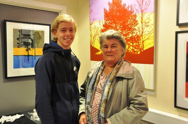 SAMMEN PÅ UTSTILLING: Simen Nikolaysen og bestemoren Britt Sagen Hansen syntes det var hyggelig å gå på utstilling sammen.