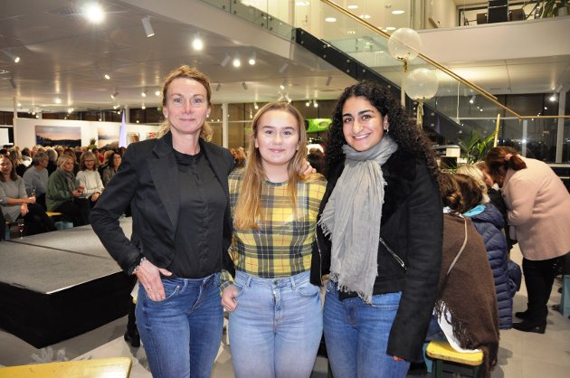 PÅ SHOW: Annika Grundt, Thea Sofie Grundt og Ailin Ranjbar, alle tre fra Mysen, var til stede på motevisningen til Pineapple hos Bilbutikk1.