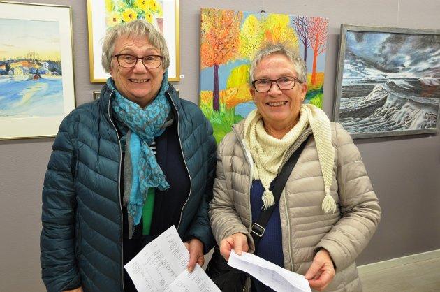 KOSTE SEG: Venninnene Berit Nygård (t.v.) fra Tomter og Linn Fossheim fra Ski måtte få med seg utstillingen og var åpne for å kjøpe noe. - Det er mye spennende å se på, sier venninnene.
