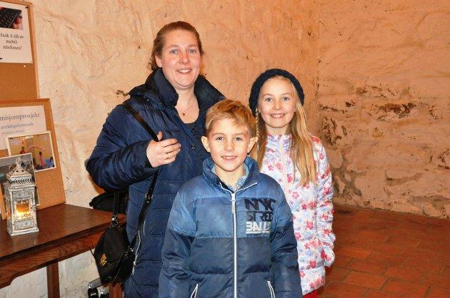 JULEKOS: Maja Hansen (t.v), Simon Hansen og Maja Hansen fra Ørje gledet seg til julekonsert. Før de kom på konserten hadde hatt førjulskos på Peppes Pizza på Askimtorget.