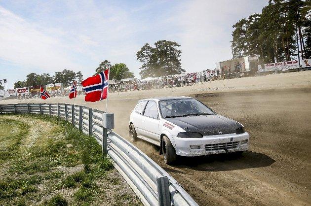 VARMT: I nærmere 30 varmegrader kunne Christoffer Novak og resten av Rallycross-Norge innta sesongstarten for fullt på Momarken travbane denne helgen.         Foto: Simen Næss Hagen