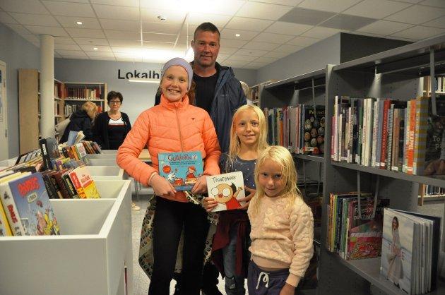 LIKER Å LESE: Øivind Aandstad, Marie Aandstad (10), Oda Borud (10) og Helle Borud (5), alle fra Båstad koste seg på bibliotekåpningen. - Jeg liker å lese alt mulig, stråler Marie, som ser frem til å bruke det nye biblioteket.