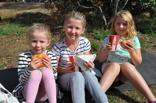 GLADE BARN: Kristina Lund (5), Ingeborg Lund (8) og Aggie Børgesdatter (7,5) fra Spydeberg syntes det var godt med hamburger, og var enige om at arrangementet var bra.