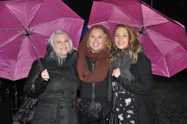 PARAPLYER: Stine Julie Korsmo (29), Elise Hveen Bjerke (31) og Emilie Østlie (21) koste seg til tross for dårlig vær. - Det er veldig gøy at det skjer noe i Askim, sier jentene.