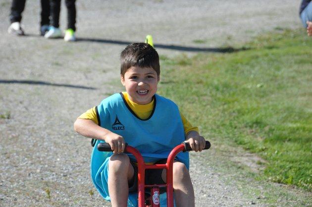 KOSTE SEG: Ole Gabriel Fundingsrud syntes det var moro å sykle i trehjulssykkelløpet.