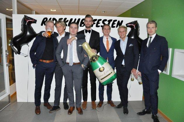 PÅ FEST: Herman Jelsnes, Alexander Andersen, Sebastian Kjøniksen, Paul Ruud, Andreas Haga, Casper Thoresen og Kristoffer Gjerberg gledet seg til fest.