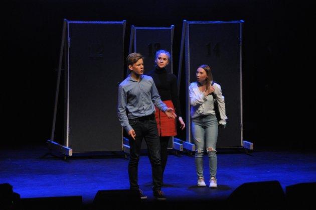 HOVEDROLLER: Maren Sofie Granli fra Rakkestad, Ada Frøshaug Lie og Erlend Lunde fra Rakkestad spiller hovedrollene i russerevyen.