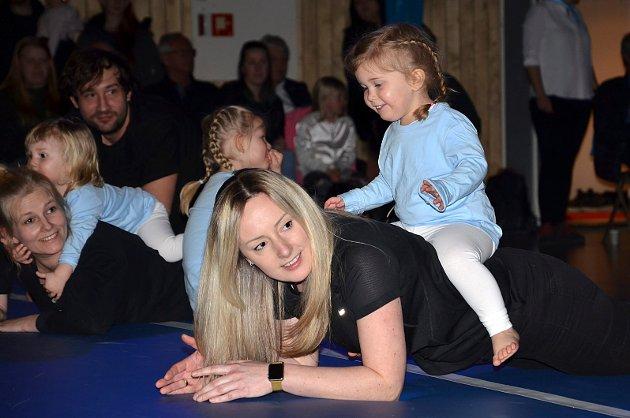 STOLT OG TRYGG: Julia Mej (2) fryder seg over å sitte trygt på mamma Aneta Mejs rygg mens hun beholder balansen under Hobøl ILs årlige turnshow.