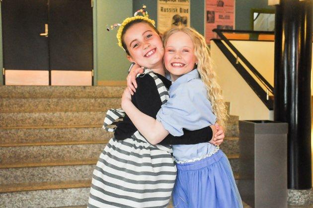 Olivia Roselin Stivang (9) og Isabella Alida Pettersen Nylund (9) var begge klare for å spille Aliec i Drømmeland. – Vi gleder oss veldig til å vise frem forestllingen til alle som kommer, smiler de to.