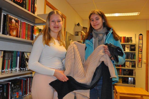 MILJØBEVISSTE: Linne Munkeby (14) og Aurora Støkken Leren (15) fant seg mange fine klær under klesbyttedagen. - Det er bra det er fokus på å ikke alltid kjøpe nytt. Det er viktig å tenke på  miljøet, mener jentene.