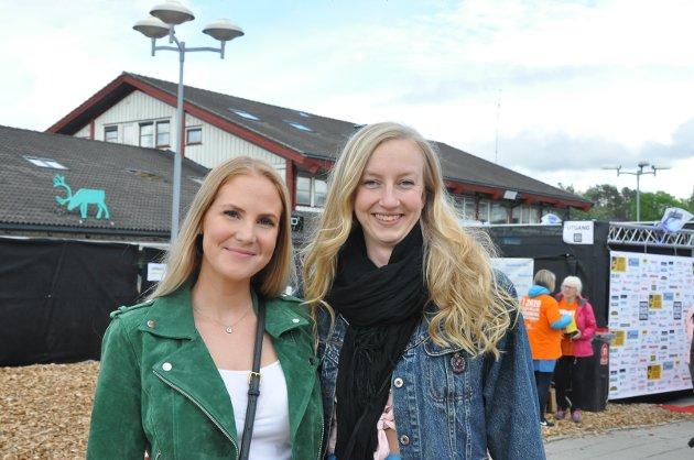 KOM TIDLIG: Eline Olafsrud fra Spydeberg og Tone Andersen fra Askim møtte tidlig opp for å få med seg Valentourettes. - Og så skal vi hjem og skifte til noe litt varmere, og så kommer vi tilbake, sier Olafsrud.