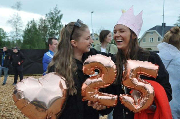 FØRSTE GANG: Veronika Bilden og Julie Andvin var på Spydeberg Rock for første gang, og feirer bursdag. – Jeg fikk billett av henne til bursdagsgave i fjor, og det var egentlig bare tilfeldig at festivalen havnet på bursdagen hennes, ler Julie.