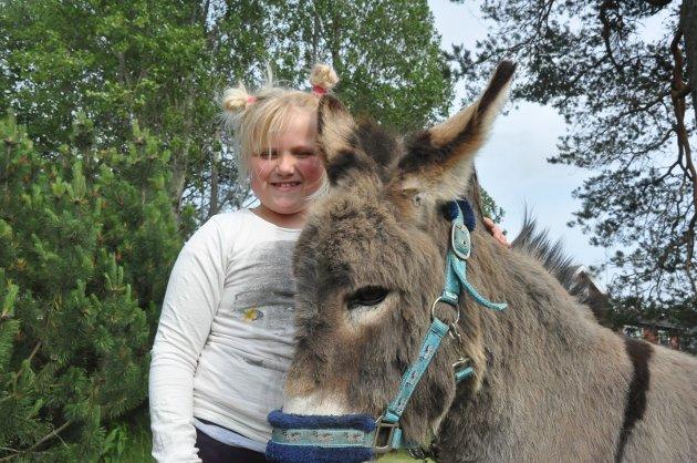 FAVORITTDYR: Pernille Victoria Johnsrud (7) og eselet Kjell. - Favorittdyrene mine er hest og esel, sier hun!