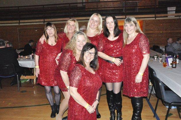 Linda Engnes, Monica Cappelen, Elisabeth Linnerud, Kristina M. Fremstad, Britha Thon, Ragnhild Blomseth og Kristin Rosenvinge har det som tradisjon å delta på den årlige femtedagsfesten, ikledd røde paljettkjoler på Femtedagsfest i 2015.