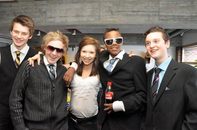 Jonathan Dehli, Andreas T. Torgersen, Kamilla Solbrekke, Abdi Hassan og Arbias Selemoni klare for premiere på Marker ungdomskole i 2011.