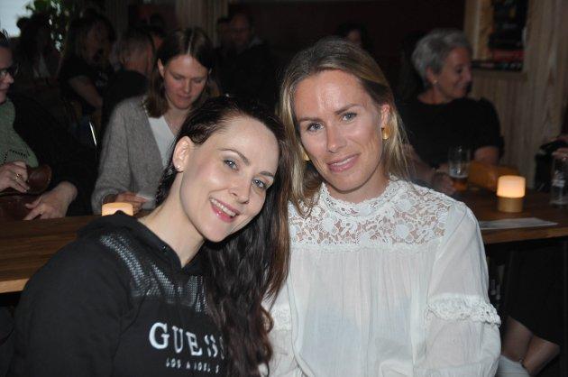Silje Westby (t.v) og Anne Lena Mjøen: – Egentlig skulle vi ha vært på et av hans tidligere show, men det ble avlyst. Nå skal vi endelig få oss en god latter, sier de to venninene.
