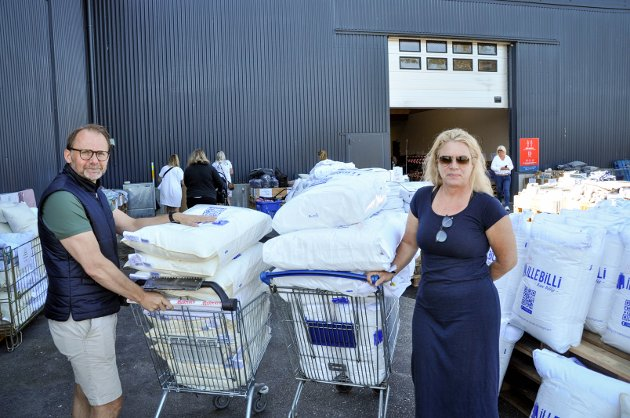 STORHANDLERE: Erik og Tina Bråthen handlet inn dyner og puter til alle sengene på hytta.